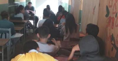 En escuela de San Lo  dan clases en pasillos