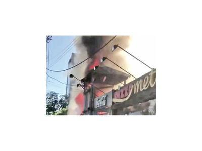 Parte de una pizzería se consume en un incendio