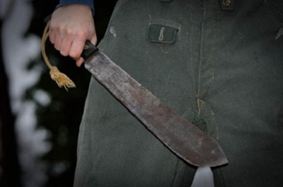 Hombre atacó a su vecina con un hacha y lo mataron a balazos