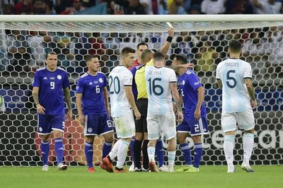 El cruce entre el árbitro Sampaio e Iván Piris