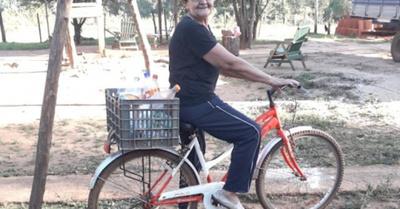 Abuela vende leche en bici hace más de 30 años