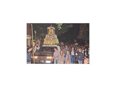 Católicos afirman  devoción al  ícono del amor en una colorida procesión