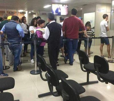 OFRECEN CHIPA Y BEBIDAS PARA HACER AGRADABLE ESPERA DE CONTRIBUYENTES