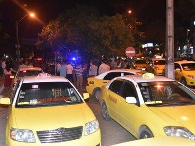 Taxistas agredieron ahora a una conductora de UBER