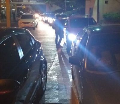 Taxistas afirman que trabajadores de Uber ofrecen su servicio en la Terminal
