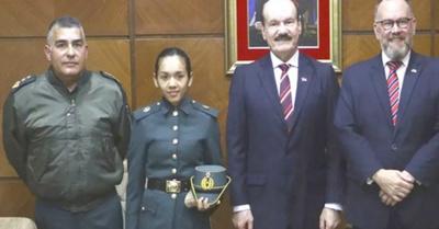 Mujer cadete estudiará en el Reino Unido