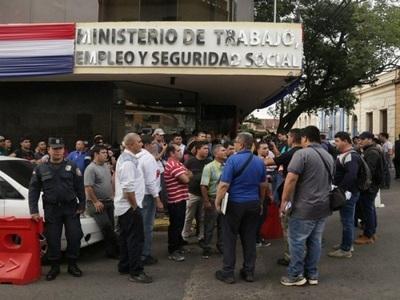 Guardias desvinculados vuelven a manifestarse