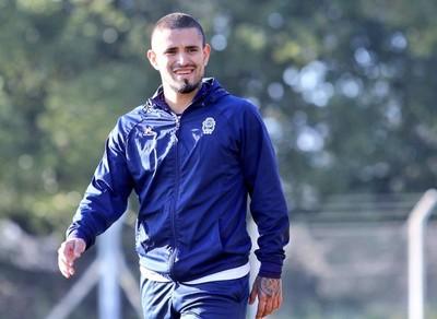 Víctor Ayala renueva contrato en Argentina