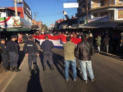 Casilleros desalojados cierran calle del mercado de San Lorenzo
