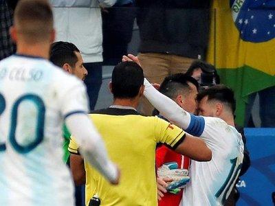 El pecheo de Messi y Medel se viraliza y da vuelta al mundo
