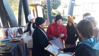 Turistas francesas aprenden a tejer el ñanduti