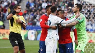 HOY / Las razones de la expulsión de Medel y Messi, según el acta arbitral