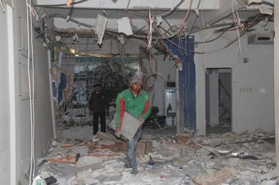 Así quedó el interior del banco asaltado en Liberación, con escombros y cables sueltos