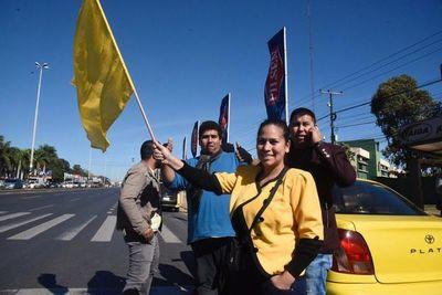 """Roque Alonso levanta prohibición a Uber y taxistas se declaran """"en guerra"""""""