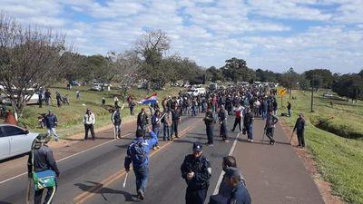 Productores de mandioca siguen bloqueando ruta en Caaguazú