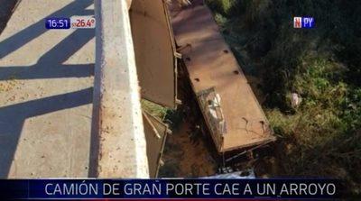 Camión de gran porte cae a un arroyo en Guairá