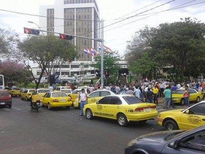 Rechazando a nuevas plataformas con o sin ordenanza, taxistas marchan hoy por Asunción