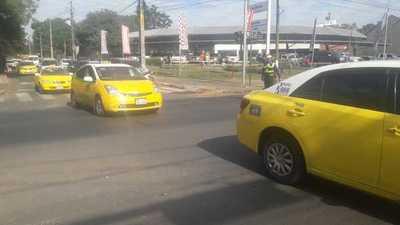 """Taxistas en """"guerra"""" contra MUV y Uber, circulan en caravana por el centro capitalino y obstaculizan el tránsito"""