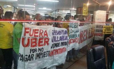"A grito ""maten a periodistas"" taxistas se retiraron de la sesión de la Junta de Asunción"