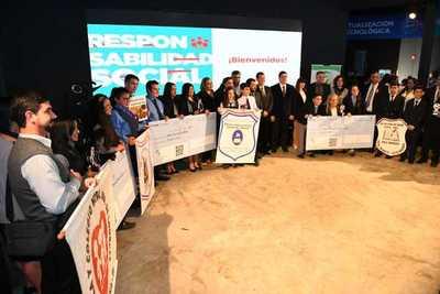 Por contribución a la lucha contra el dengue, ITAIPU premia a unos cinco colegios