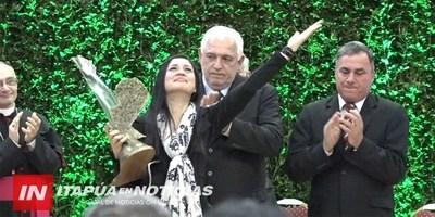 EMOTIVO RECONOCIMIENTO A GUIDO AVALOS EN LA ENTREGA DE PREMIOS YVY MARANE'Y.