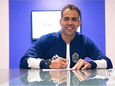 Velázquez es presentado en su nuevo club en Argentina