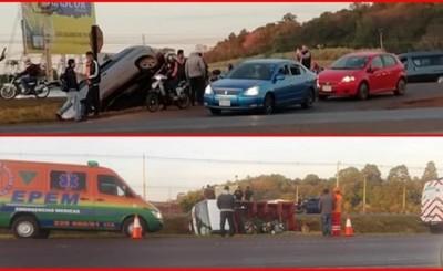 Dos vehículos terminan en la cuneta tras imprudente maniobra