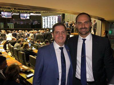 """Hijo de Bolsonaro dice que puede ser embajador en EEUU: """"Ya freí hambuguesas"""" allí"""