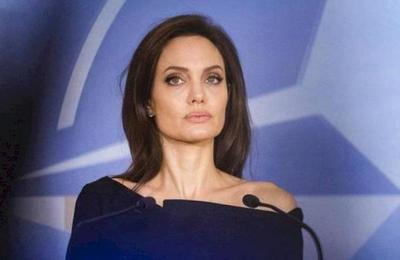 Angelina Jolie se pasea en París mostrando un rostro más feliz