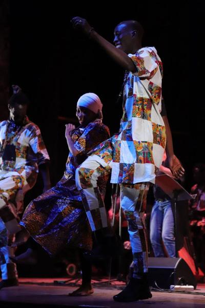 Senegaleses le ponen ritmo al domingo en la Costanera
