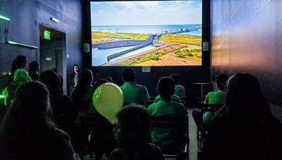 Expo-cine: propuesta con aceptación en stand de Yacyretá