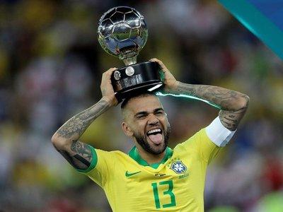 Dani Alves se ofrece al mercado y dice que quien lo quiera tendrá un campeón