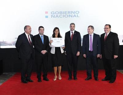 "Presidente entregó premios a microempresas del concurso ""Con Vos Paraguay crece"""