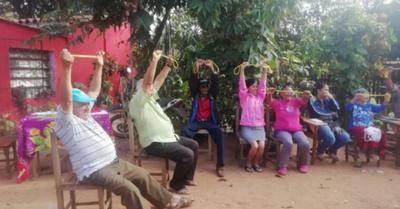 Abuelitos disfrutan de ejercicios