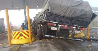 Camión paraguasho casi causa desgracia
