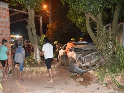 Fatal choque: se llevaron por delante limonero y acabaron contra un mango