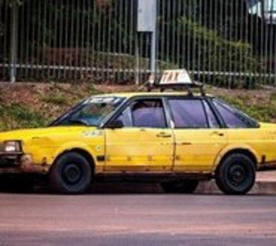 Vetustos taxis circulan por la capital