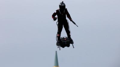 """Presentan prototipo de """"soldado volador"""" en Francia"""