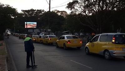 Taxistas cierran el paso a conductor de Uber en la Terminal