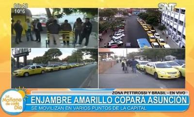 Taxistas se manifiestan y cierran media calzada de avenidas principales