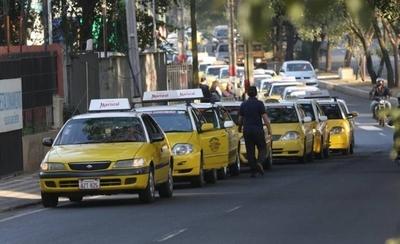 HOY / Taxistas no quieren pagar por paradas y ya comienzan con los incidentes