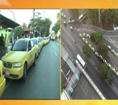 Taxistas se movilizan en caravana contra Uber y Muv