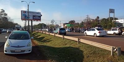 Enjambre blanco: Taxistas se manifiestan para meter presión contra MUV
