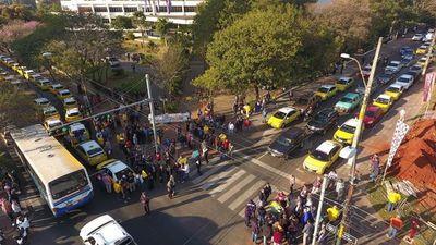 Taxistas: La gente pone en riesgo su vida al usar Uber y Muv