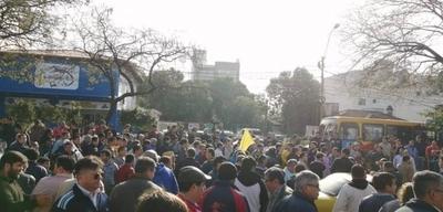 """HOY / Taxistas arremeten contra ciudadano que pide paso: """"Bandido, maricón, payaso"""""""
