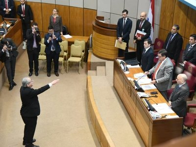Raúl Torres Kirmser logra jurar tras incidentes en el Senado