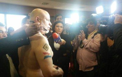 """Payo denuncia agresión por guardias de Kirmser: """"Me agarraron del cuello"""""""