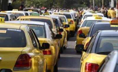 """HOY / Ministro sobre bloqueo de taxistas: """"No se les puede poner en una plaza"""""""