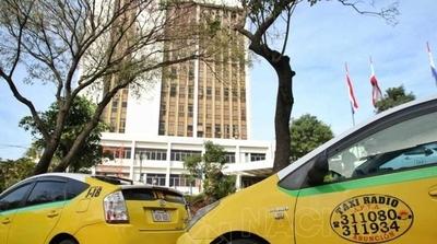 HOY /  Taxistas exigen suprimir a  Uber y Muv para levantar la  presión, autoridades vacilan