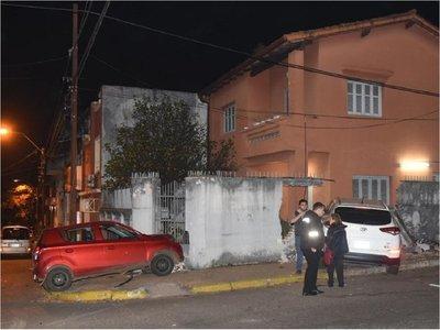 Vehículos impactan contra muralla de una casa en Asunción